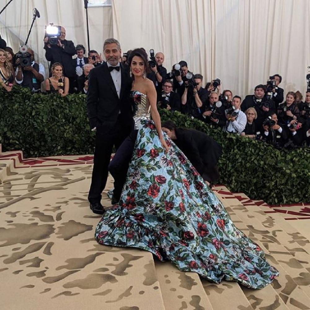 ジョージ「双子の居場所は…」(画像は『The Met 2018年5月8日付Instagram「#MetGala Co-Chair @AmalClooney is accompanied by her debonair husband, #GeorgeClooney, on tonight's carpet.」』のスクリーンショット)
