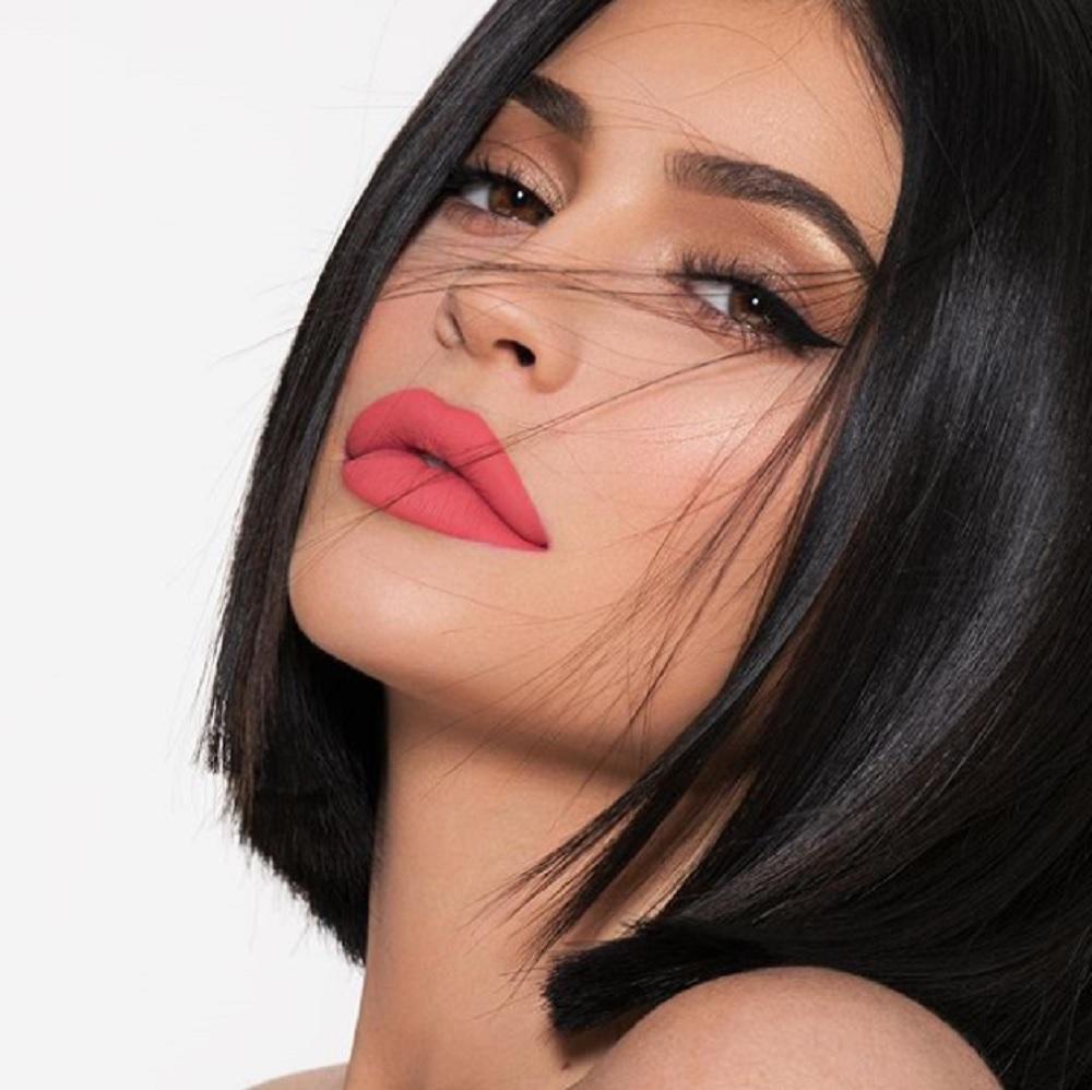 カイリーが産んだ子のパパは?(画像は『Kylie 2018年5月5日付Instagram「buy a lip kit .. get one free today on KylieCosmetics.com」』のスクリーンショット)