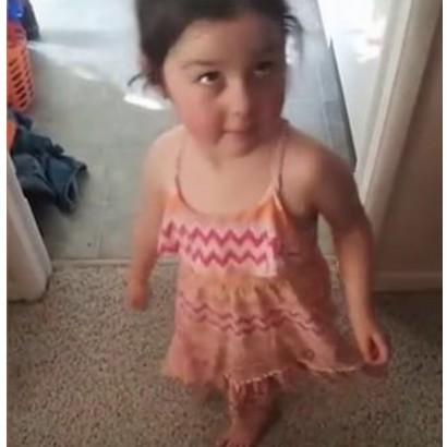 【海外発!Breaking News】プレスクールに3歳娘のサマードレスを注意されて、両親が反論(カナダ)