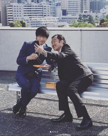 田中圭と吉田鋼太郎(画像は『【公式】おっさんずラブ ドラマアカウント 2018年4月29日付Instagram「初めての2ショットは、こうして撮影していました。」』のスクリーンショット)