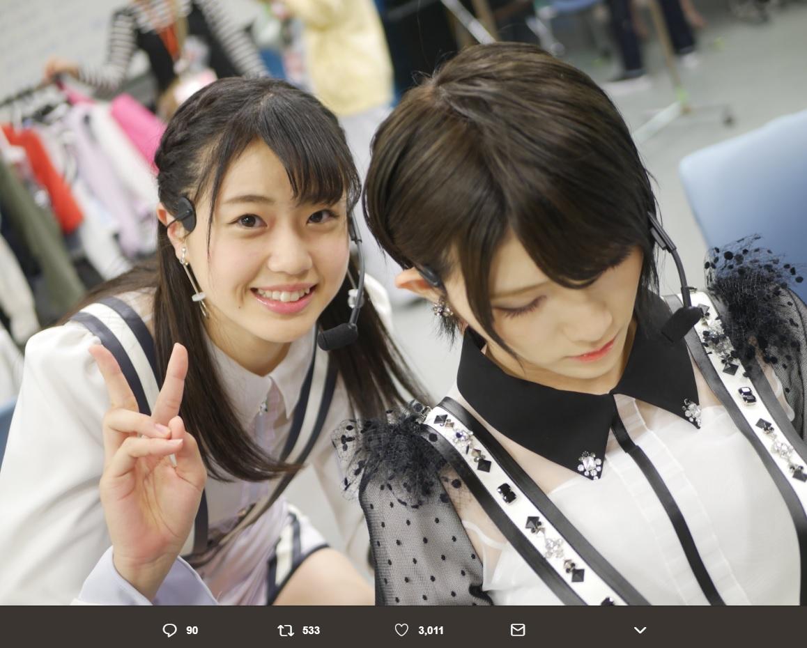 瀧野由美子と岡田奈々(画像は『荻野由佳 2018年5月16日付Twitter「久しぶりの歌番組収録でしたー!!」』のスクリーンショット)