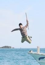 【エンタがビタミン♪】三代目JSB山下健二郎が海にジャンプ! ダンスで鍛えたボディがダイナミック