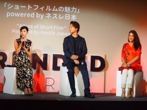 ステージでトークをする黒木瞳、TAKAHIRO、LiLiCo