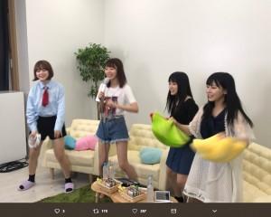 カラオケを楽しむHKT48の4人(画像は『SHOWROOM 2018年6月22日付Twitter「『#猫舌SHOWROOM』金曜日は #指原莉乃 の「指カラ-sashikara-」』のスクリーンショット)