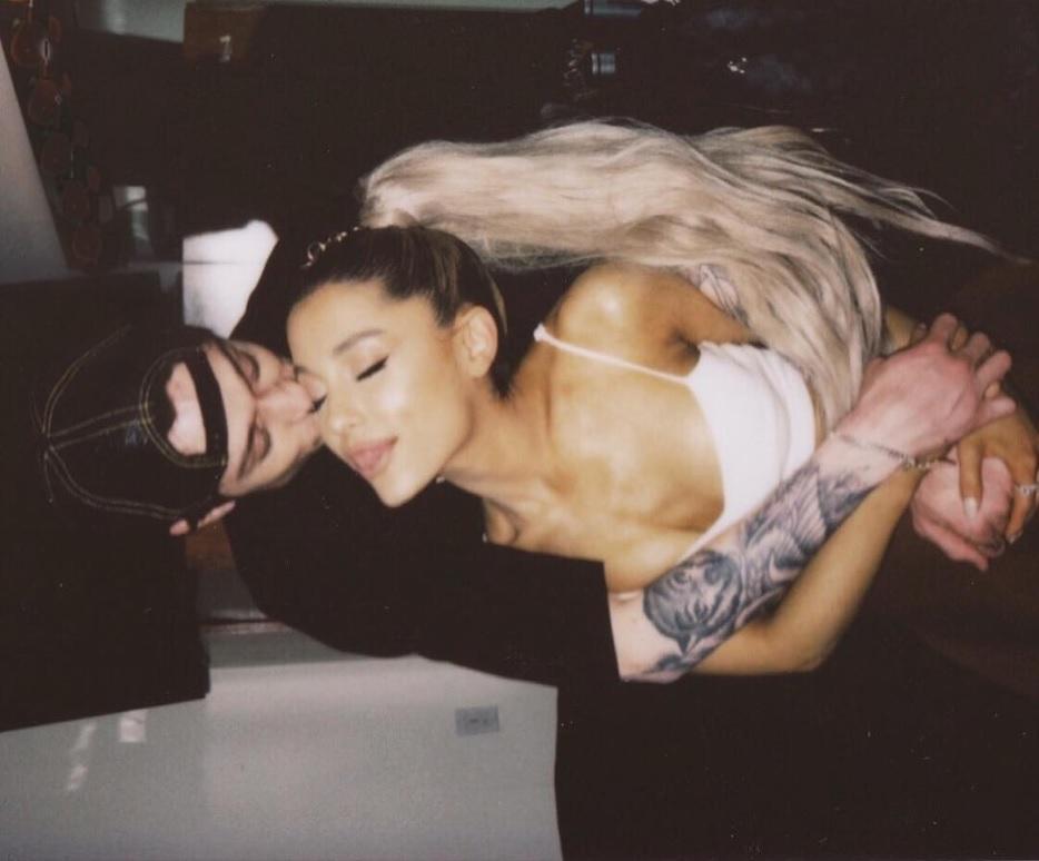 先月末にアリアナが公開した2ショット(画像は『Ariana Grande 2018年5月31日付Instagram「i thought u into my life woah ! look at my mind」』のスクリーンショット)