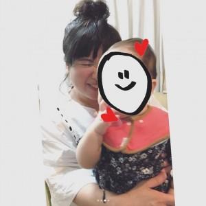 川島の娘を抱き「骨抜き」になった馬場園(画像は『馬場園梓 2018年6月3日付Instagram「へい♪ こないだね、川島くんのお家で、たこ焼きパーティーをしてもらったよ!」』のスクリーンショット)