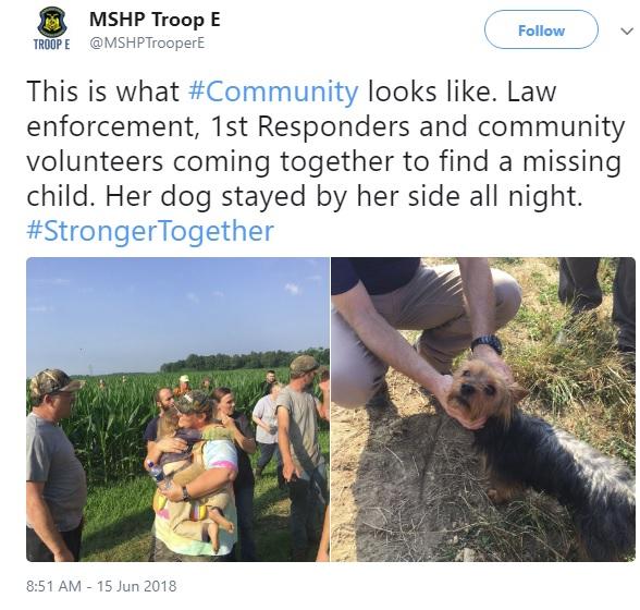 無事保護された3歳児(左)と飼い犬(画像は『MSHP Troop E 2018年6月15日付Twitter「This is what #Community looks like.」』のスクリーンショット)