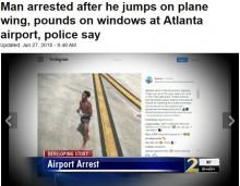 【海外発!Breaking News】下着姿で誘導路に侵入した男、飛行機の翼にジャンプ(米)<動画あり>