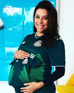 出産ビフォー&アフター?(画像は『Eva Longoria Baston 2018年6月17日付Instagram「!Vamos Mexico!」』のスクリーンショット)