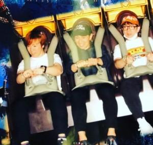 アトラクションを楽しむ濱口三兄弟(画像は『濱口優 2018年6月5日付Instagram「#濱口三兄弟」』のスクリーンショット)