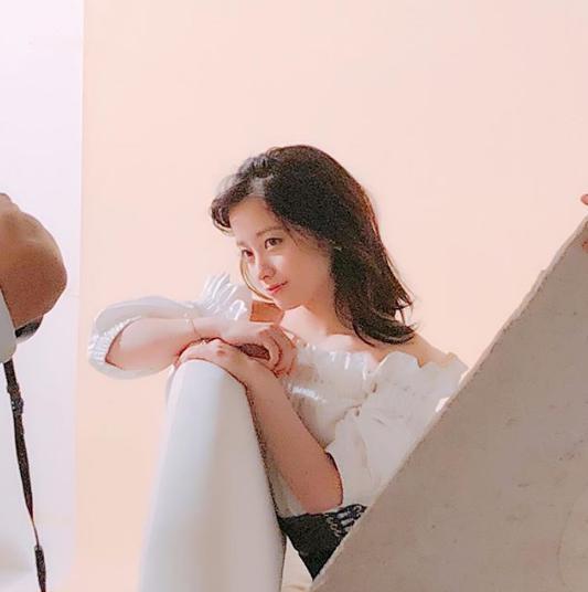 雑誌撮影中の橋本環奈(画像は『橋本環奈マネージャー 2018年6月11日付Instagram「こんにちは!環奈MGです。今日シェアする写真は、明日発売の「up PLUS」からオフショットです」』のスクリーンショット)