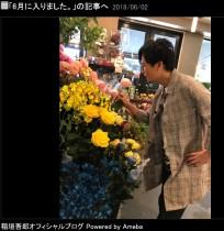 """【エンタがビタミン♪】稲垣吾郎""""花屋の店先""""でロケする姿に反響「ぴったりはまっていてとても自然です」"""