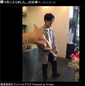 選んだ花束を抱えご機嫌な稲垣吾郎(画像は『稲垣吾郎 2018年6月2日付オフィシャルブログ「6月に入りました。」』のスクリーンショット)
