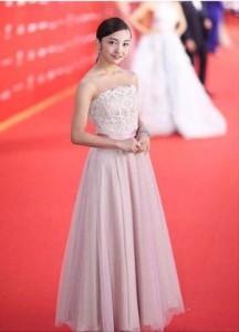 レッドカーペットを歩く板野友美(画像は『板野友美 2018年6月17日付Instagram「上海国際映画祭」』のスクリーンショット)