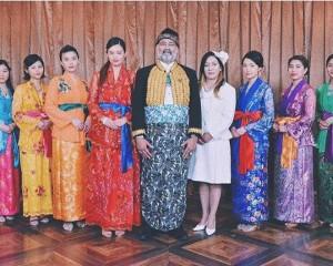 マナヒラ王国の国王・王妃と王女7人(画像は『Izumi Haru 2018年6月3日付Instagram「崖っぷちホテルいかがでしたか?」』のスクリーンショット)