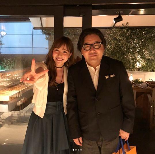 河西智美と秋元康(画像は『tomomi kasai 2018年6月25日付Instagram「秋元さんの還暦祝いしました」』のスクリーンショット)