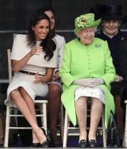 """【イタすぎるセレブ達】エリザベス女王と公務へ """"ロイヤル・レッスン""""の手ほどきに終始笑顔のメーガン妃"""