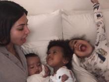 """【イタすぎるセレブ達】キム・カーダシアン、我が子3人との超キュートな写真で""""ママの顔""""見せる"""