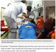 【海外発!Breaking News】タクシー乗車中のメイクで思わぬ事故 アイライナーペンシルが女性の眼窩を突き刺す(タイ)