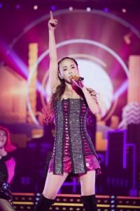 クリスタルとチェリーピンクの編み上げミニワンピースで『Showtime』を熱唱した安室奈美恵