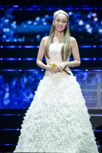 ウェディングドレスをイメージさせる白いロングドレスで『CAN YOU CELEBRATE?』を歌い上げた安室奈美恵