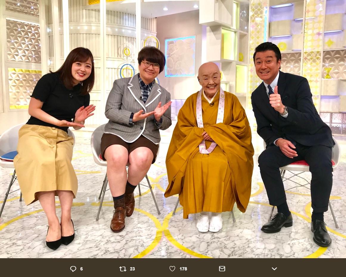 『スッキリ』スタジオにて寂聴さんを囲んで(画像は『日本テレビ スッキリ 2018年6月13日付Twitter「#HARUNAまとめ に瀬戸内寂聴さんが来てくれました。」』のスクリーンショット)