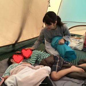 テントの中で息子達と(画像は『小倉優子 2018年6月11日付Instagram「週末は、お友達家族18人でキャンプへ」』のスクリーンショット)