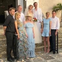 【イタすぎるセレブ達】パリス・ヒルトン、幸せ太りの婚約者同伴で弟バロンの挙式へ