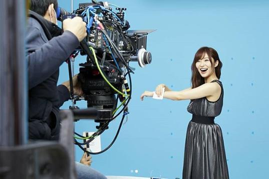CM撮影で笑顔を見せる指原莉乃(画像は『ビオレシート公式 2018年6月4日付Instagram「6月なのに、暑い日がつづきますね…」』のスクリーンショット)