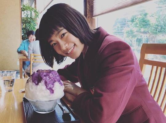 かき氷を前に笑顔を見せる杉咲花(画像は『otogram 2018年6月5日付Instagram「ダブルデートで食べた、おいしいかき氷と。」』のスクリーンショット)