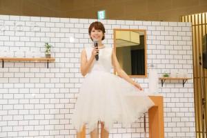 花嫁を思わせるドレスの神田愛花