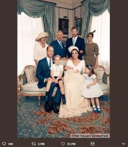 ルイ王子の叔父、叔母にあたるヘンリー王子&メーガン妃も一緒に(画像は『Kensington Palace 2018年7月15日付Twitter「The Duke and Duchess of Cambridge with Members of the @RoyalFamily in the Morning Room at Clarence House, following Prince Louis's christening.」』のスクリーンショット)