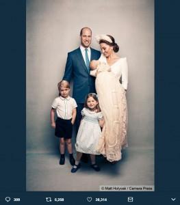 「理想の家族」と多くの人々が憧れるロイヤルファミリー(画像は『Kensington Palace 2018年7月15日付Twitter「The Duke and Duchess of Cambridge, Prince George, Princess Charlotte and Prince Louis, following Prince Louis's christening.(by Matt Holyoak.)」』のスクリーンショット)