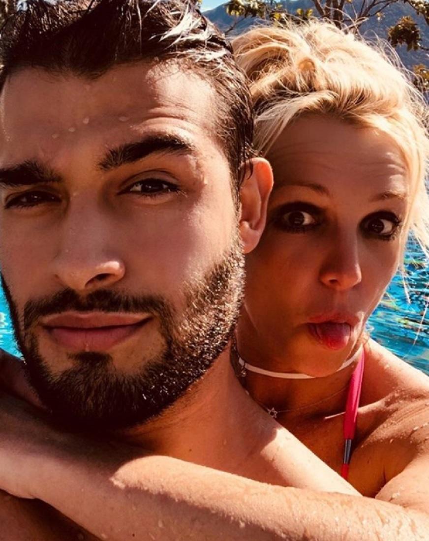 サムさん、初対面でのジョークはブリトニーに理解してもらえず(画像は『Britney Spears 2018年7月7日付Instagram「Ever swim so much that you start to feel like a fish?」』のスクリーンショット)