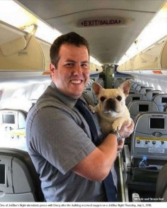 CAのレナウドさんとダーシー(画像は『ABC News 2018年7月9日付「Plane crew comes to rescue of dog with oxygen mask for flight」(Michele and Steven Burt)』のスクリーンショット)