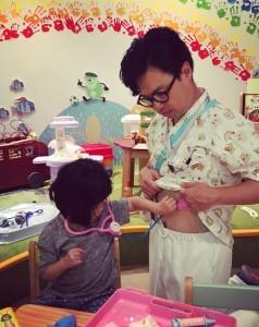 「看護師を温かく看護する病院マスターの娘」と浜野謙太(画像は『浜野謙太 2018年7月2日付Instagram「娘を温かく受け入れてくれたグッドドクターの現場。」』のスクリーンショット)