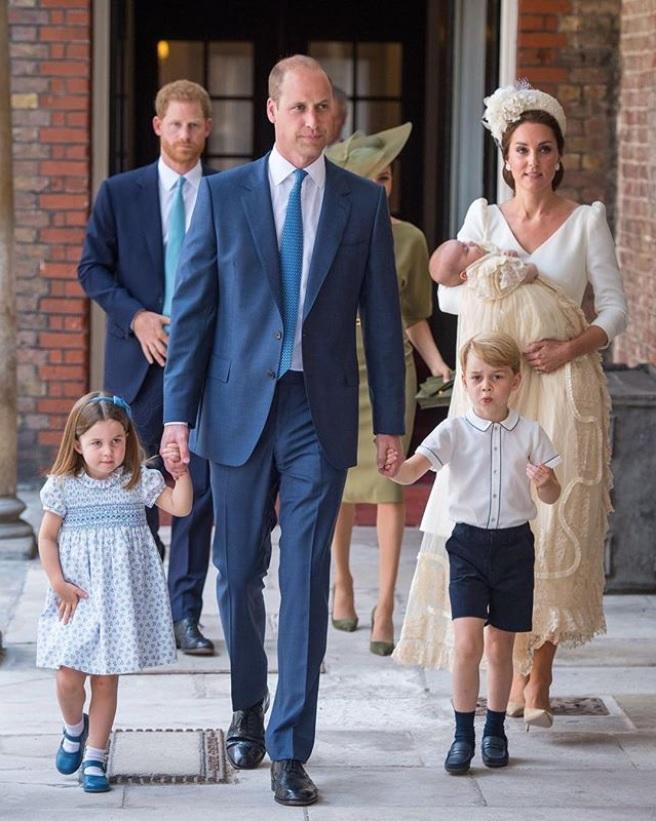 弟思いのシャーロット王女、パパラッチも怖くない!(画像は『Kensington Palace 2018年7月10日付Instagram「The Duke and Duchess of Cambridge, Prince George, Princess Charlotte, and The Duke and Duchess of Sussex arrive for the christening of Prince Louis at the Chapel Royal」(PA)』のスクリーンショット)