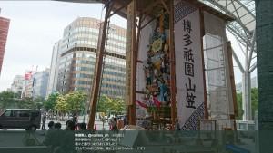 制作中の「ゴリパラ飾り山」(画像は『町田隼人 2018年6月28日付Twitter「博多駅前の、ゴリパラ飾り山!!」』のスクリーンショット)
