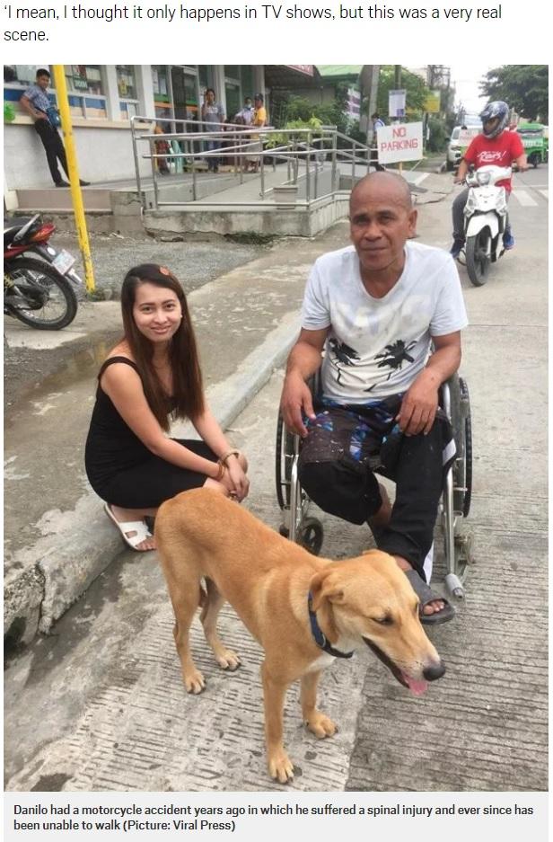 ダニロさん(右)の車椅子を押すディゴンを見かけたフェイスさん(左)(画像は『Metro 2018年7月16日付「Dog pushes owner in wheelchair after motorbike accident leaves him paralysed」(Picture: Viral Press)』のスクリーンショット)