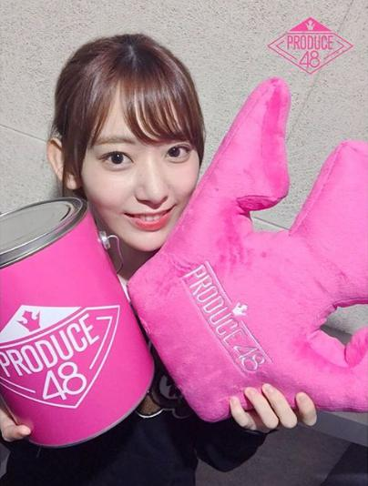 『PRODUCE 48』公式グッズを手にする宮脇咲良(画像は『Mnet OFFICIAL 2018年7月18日付Instagram「宮脇咲良(HKT48)国プの庭園2段階認証!」』のスクリーンショット)