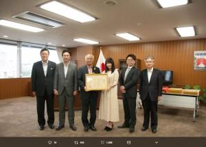 """復興庁で行われた""""東日本大震災の復興支援活動""""に贈られる感謝状授与式(画像は『細井孝宏 2018年7月5日付Twitter「午前中、復興庁にお伺いしまして、東日本大震災の復興支援活動に贈られる感謝状授与式に、AKB48グループ「誰かのためにプロジェクト」を代表して横山由依総監督と私が参加させていただきました。」』のスクリーンショット)"""
