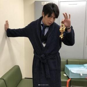プレゼントされたバスローブを着る田中圭(画像は『【公式】新火9ドラマ「健康で文化的な最低限度の生活」 2018年7月10日付Instagram「圭さんバースデーの続き。」』のスクリーンショット)