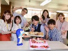 """【エンタがビタミン♪】田中圭、特製メルヘンケーキと""""イカづくし圭34""""で誕生日を祝福される"""