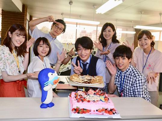 田中圭の誕生日を祝う『ケンカツ』キャスト陣(画像は『【公式】新火9ドラマ「健康で文化的な最低限度の生活」 2018年7月10日付Instagram「本日!田中圭さんバースデー」』のスクリーンショット)