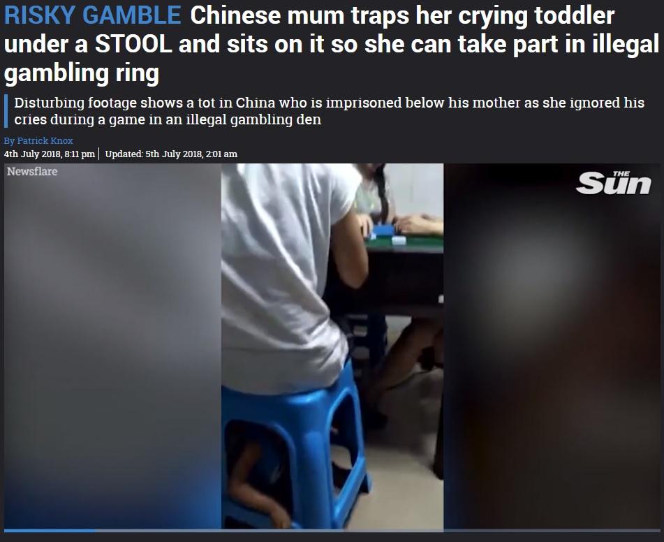 麻雀をする母親の椅子に閉じ込められた幼児(画像は『The Sun 2018年7月5日付「RISKY GAMBLE Chinese mum traps her crying toddler under a STOOL and sits on it so she can take part in illegal gambling ring」(Newsflare)』のスクリーンショット)