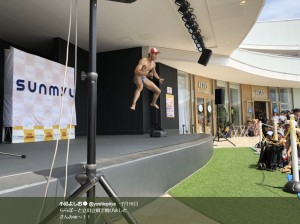 ららぽーと立川立飛のステージでジャンプする小島よしお(画像は『小島よしお 2018年7月16日付Twitter「ららぽーと立川立飛で飛びました さんみゅ~!!」』のスクリーンショット)