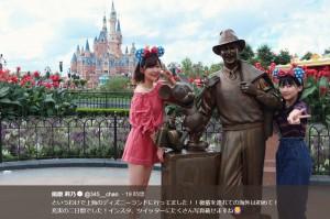 ミッキーマウス&ウォルト・ディズニーの銅像と並ぶ指原莉乃・田中美久(画像は『指原莉乃 2018年8月20日付Twitter「というわけで上海のディズニーランドに行ってました!!」』のスクリーンショット)