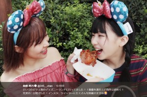 田中美久にチキンを食べさせる指原莉乃(画像は『指原莉乃 2018年8月20日付Twitter「というわけで上海のディズニーランドに行ってました!!」』のスクリーンショット)