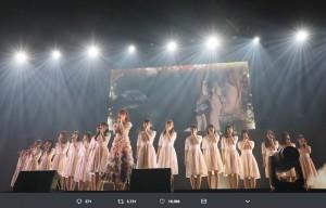 『R.Sに捧ぐ』を歌う宮脇咲良とHKT48メンバー(画像は『宮脇咲良 2018年8月2日付Twitter「今回は、『R.Sに捧ぐ』を歌わせて頂きました。」』のスクリーンショット)