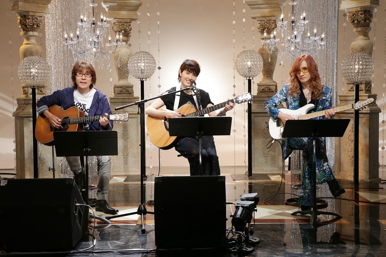 番組で弾き語りを披露した荻野目洋子と坂崎幸之助・高見沢俊彦
